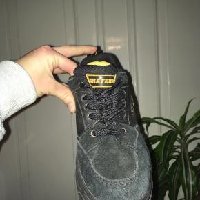 Rigtig fede sko med plato. Og gul/grønne detaljer. Mærket er skaters