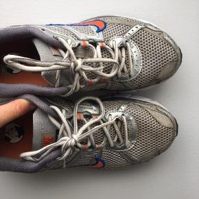 Nike air i str 41, dog passer de også fint en str 40 🌟  De er ikke helt nye mere, og har derfor 'skrammer' her og der. Jeg vil nok vurdere det til en 6/10 i stand  (HUSK, at der er fri fragt hele søndag d. 29!)  Prisen er ekskluderet fragt, afhentning kan også arrangeres.  Kom gerne med et kvalificeret bud, hvis du er interesseret, men finder prisen for høj