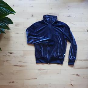 Adidas velour sæt - farven varierer ml. grå/blå, afhængig af lyset - størrelse 40