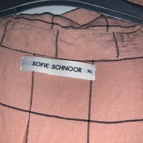 Er originalt en lang skjorte, men har personligt brugt den som en kjole (passer en xs-s)   Køber betaler fragt