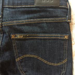 De lækreste Lee Scarlett jeans i flot mørkeblå farve. Kun brugt og vasket få gange😀