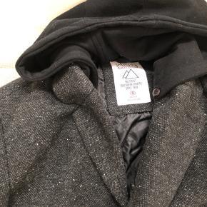 Frakke med hætte (som er i sweatshirt stof) som dog kan knappes af sælges.  Køber betaler fragt.