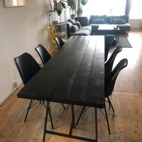 Hjemmelavet plankebord i målene B73cm x L240cm x H74 med dertilhørende ben fra IKEA. Plankerne er slebet og malet sort med høj glans. Enkelte brugsspor, men fremstår super fint. Sælges grundet flytning.