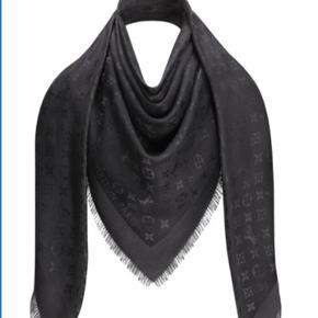 Louis Vuitton MONOGRAM SHAWL i farven antracit, som er en meget mørkegrå farve. Tørklædet er købt i december 2018 og er desværre ikke blevet brugt mere end et par gange. Alt hvad der fulgte med, inklusiv kvittering, haves stadig, og følger selvfølgelig med ved køb :) nypris 3050kr