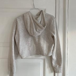 Super sød crop sweater fra Ellesse. Købt i London.  Bliver desværre ikke brugt.    Se også mine andre annoncer fra By Malene Birger, Ganni, Han Kjøbenhavn, Samsøe Samsøe og Magasin.