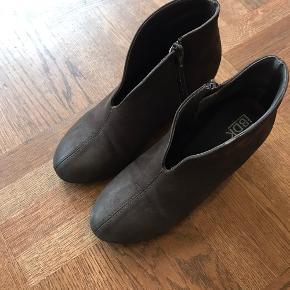 Fine mørkebrune ankelstøvler med 6 cm. kilehæl.