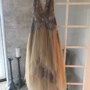 Smukkeste couture kjole Som ny kun brugt til mit bryllup. Kan nemt gøres mindre ved justering af hæfte låsene i ryggen Nypris 13000