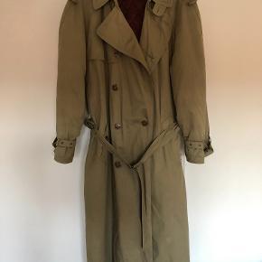 Klassisk trenchcoat med for i sjalsmønster og quilt. Længde 130 cm