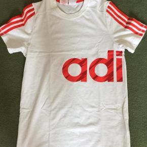 Adidas hvid tshirt med print str 164 cm 13-14 år.  Bm er 2x47 cm og længde 66 cm