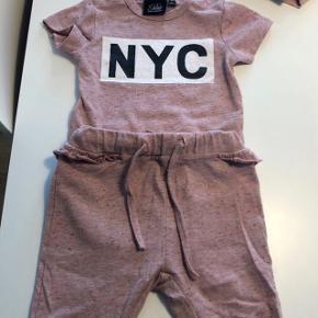 Petit Sofie Schnoor t-shirt Body Str. 68 og bukser str. 62 Brugt få gange derfor rigtig fin stand. BYD gerne ☺️