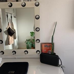 Ikea MALM, skrivebord/makeupbord med makeupspejl med lys.  Har lidt brugstegn men ikke noget af betydning.  Sælger helst samlet- stolen kan også følge med  Kom med et bud :)   Makeupbord Skrivebord  Spejl Makeupspejl