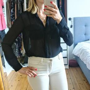 Super fin gennemsigtig sort skjorte sælges da jeg ikke får den brugt.  💅👄 👗 Se også mine andre annoncer! Jeg er ved at rydde op i klædeskabet så der er mange nye annoncer og giver selvfølgelig mængderabatter. Jeg foretrækker at sende med DAO den næste dag, men kan også mødes i København.