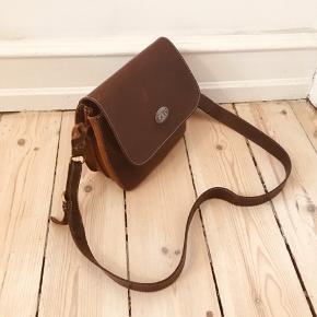 Rigtig lækker GōN vintage læder taske.   25 cm længde 20 cm højde 8 cm brede