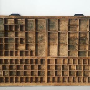 Gammel original sætterkasse med fine beslag og den helt rigtige patina. Mål: 83x53x4,5 cm. Den koster 250 kr. #sætterkasse #typograf #typografi #industrieldesign #industrialinterior