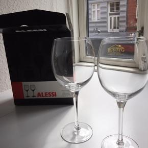 Jeg sælger mine Alessi Mami XL hvidvinsglas, da jeg har nogle andre, og derved ikke kommer til at bruge dem.  De er aldrig brugt, og er alle i orgniale indpakning.  Normalpris for 14 glas: 1.260,-  Jeg sælger helst alle 14 glas, men eller så skriv, eller hvis der ønskes flere billeder 🙂