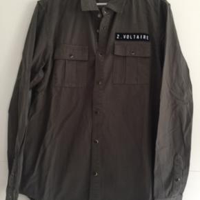 Helt ny skjorte som kun er prøvet på. Skjorten er lille i det og svarer mere til en str. 40. Ny pris er 999,- køber betaler fragt. Se venligst mine andre annoncer 🌺