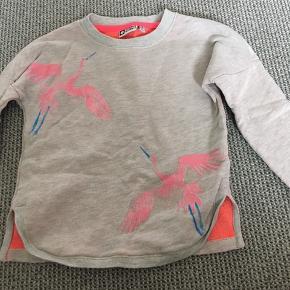 Lækker sweatshirt med frisk farve ved hals og ærmer. Brugt få gange. Afh i 6710