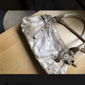 Fin rummelig håndtaske fra ADAX, er i pæn stand af at den har været i brug en del gange Kommer fra ikke ryger hjem. Sender gerne, modtager betaler fragten.