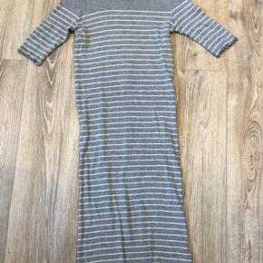 Mads Nørgaard kjole i grå med hvide striber