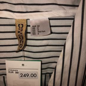 Stribet flot skjortekjole sælges da den er for lille. Kan passes af både af str 32 og 34