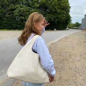 Hejsa💟  Jeg sælger denne super fine taske fra na-kd. Den er som ny og næsten ikke brugt. Grundet dette, så vil jeg gerne så tæt på normalpris som muligt.   Normalpris; 459kr.   Byd gerne i kommentaren, eller skriv en privat besked.   Ha' en dejlig dag😘.