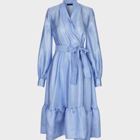Jeg har haft glæde af at have denne kjole på én aften, og nu håber jeg, at en anden kan få glæde af den. Den kan både styles med bukser til hverdag og passer også perfekt til den fine fest eller en tur i teatret.