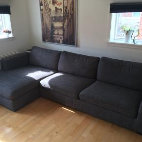 Sælger min elskede sofa der er fra IDdesign. Den måler i længden 3m, i dybden 95cm og i højden 58cm. Den kan skilles ad mellem chaiselongen og resten af sofaen :)