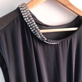 Smuk, grå kjole fra By Malene Birger 🖤  Kun brugt én gang. Størrelsen står ikke i, men den svarer til en 38.   Nittedetaljer ved kraven, som tilføjer lidt rå detaljer til en ellers formel kjole. Slids i den ene side.  Jeg brugte denne kjole én aften til galla for et par år siden. Den er i god stand. Eneste bemærkning er nogle enkelte, små lyse streger foran, som ikke er gået væk efter håndvask (se sidste billede). De forsvinder muligvis efter professionel rens. Ellers er det ikke noget der springer i øjnene.