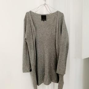 Cardigan i uldblanding (50 % wool, 40% angora, 10% nylon) fra second female. Ingen tydelig slidtage. Størrelse small. Kan afhentes op Nørrebro eller sendes :)