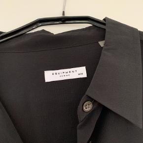 Smuk sort silkeskjorte fra det eksklusive Equipment.  Aldrig brugt!   Str. M (kan også bruges af en str. S afhængig af hvor tætsiddende ,man ønsker skjorten).   * Nypris 2800  * Sælges for 1100,-  * Bytter ikke  * Køber betaler evt forsendelse + emballage