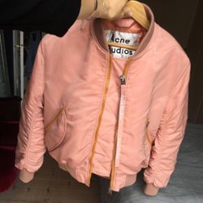 90641376bd6 Flotteste Acne Studios bomber jacket i pink med orange detaljer. Lommerne  kan se ud på. Acne Studios Jakke