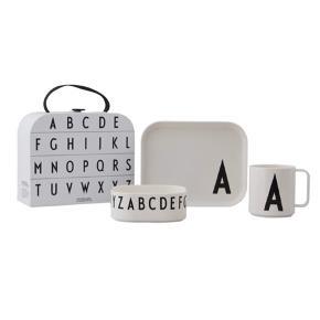 Den perfekte gave til børn.  Classics in a Suitcase er den stilfulde og personlige gave til børn. Kufferten indeholder en personlig tallerken, en personlig kop og en skål dekoreret med bogstaver fra A-Z. Det smarte sæt kommer i en sej kuffert, som er et stykke legetøj i sig selv. Køb også bestik til børnene fra Design Letters og dit bord vil få et stilfuldt udtryk.   Sættet er brudsikkert og tåler mikroovn og opvaskemaskine. Det er lavet af Tritan som er  BPA/BPS/EA fri, ekstremt modstandsdygtigt ved stød og tolererer høje temperaturer.  Gaveæsken findes i bogstaver fra A-Z.  Materiale: Spisesæt: Tritan Kuffert: Kraftigt karton  Mål: Kuffert: 15 x 18 x 8,5 cm  Kop: 7 x 7,5 cm  Tallerken: 17,5 x 14 x 1,5 cm  Skål: 11 x 11 x 4,2 cm