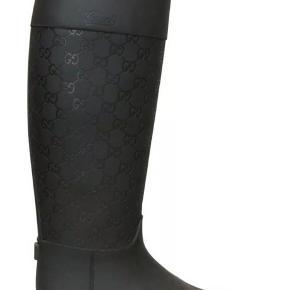 Så fede Gucci gummistøvler i ridestøvle-look. Den ene har desværre været pakket dumt ned, så der er kommet et par revner i (se billeder) har ikke nedsat funktion og kan repareres af skomager.  Str 38, men stor i størrelsen, så passer en alm str 39. Dustbag medfølger