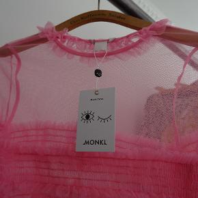 Pink gennemsigtig bluse fra Monki. Aldrig brugt.