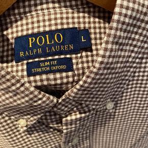 Brunternet skjorte fra Ralph Lauren i slim fit. Kraftig struktur.