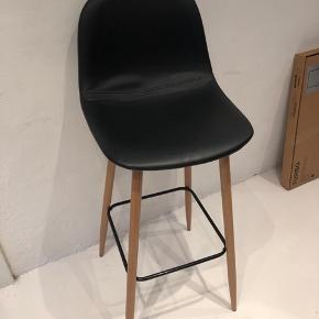 Sort bar stol fra Jysk med egetræsben. Kun brugt enkelte gange.  Ny pris 399kr.