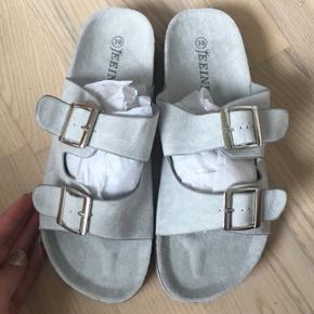 Jeg gav 200kr for de ger sandaler og det er helt nye. Der er velour i sålen:-) De er købt på strøget og mærket hedder ( Jeeini )