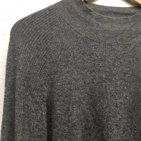 Lækkert cashmere-strik med lille hals. Kom med et bud:)