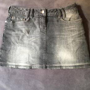 Super flot Karan Mille nederdel i grå.