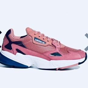Helt nye aldrig brugt Adidas Falcon i farven raw pink. Str 40, men lille i str. Passer en str 39. Fejlkøb. Nypris 799 kr.