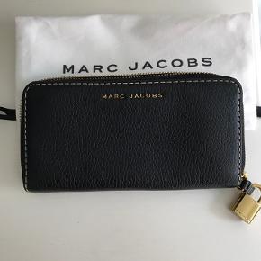 Marc Jacobs clutch. Længde: 20 cm / bredde: 10 cm. Aldrig brugt, så står som ny.