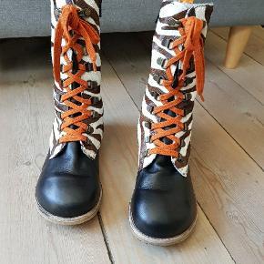Green comfort str 33 Fine læder støvler brugt men ikke voldsomt mange gange.  I flot stand se billederne   Sålen måler 21.3 indvendigt.