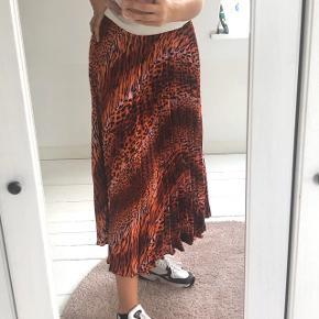 Pleated satin nederdel fra ASOS med dyreprint Farven ses bedst på sidste billede Prisen er ikke fast, byd