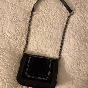 Ruskind/læder taske med kæde rem  Kan justeres til 2 længder  1 rum  Byd!!!🌸🌸🌸