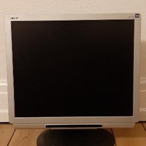 17 tommer Acer computerskærm med indbyggede højtalere.