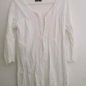 Fin hvid skjorte. Med lidt knapper og snor.  25kr ellers kom med bud😁