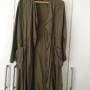 Lækker jakke/ frakke/ lang blazer i mørkegrøn