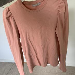 Lækker rosa bluse med lidt puf ved skuldrerne - brugt 2 gange