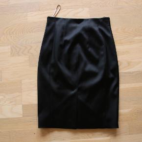 Sort Karen Millen nederdel med blonde foran