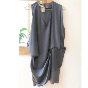 Smukkeste kjole fra Acne i lækker dueblå/ blågrå farve (Farven er mest som på det første billede). Str 38. Kun brugt én aften og fremstår derfor helt ny.